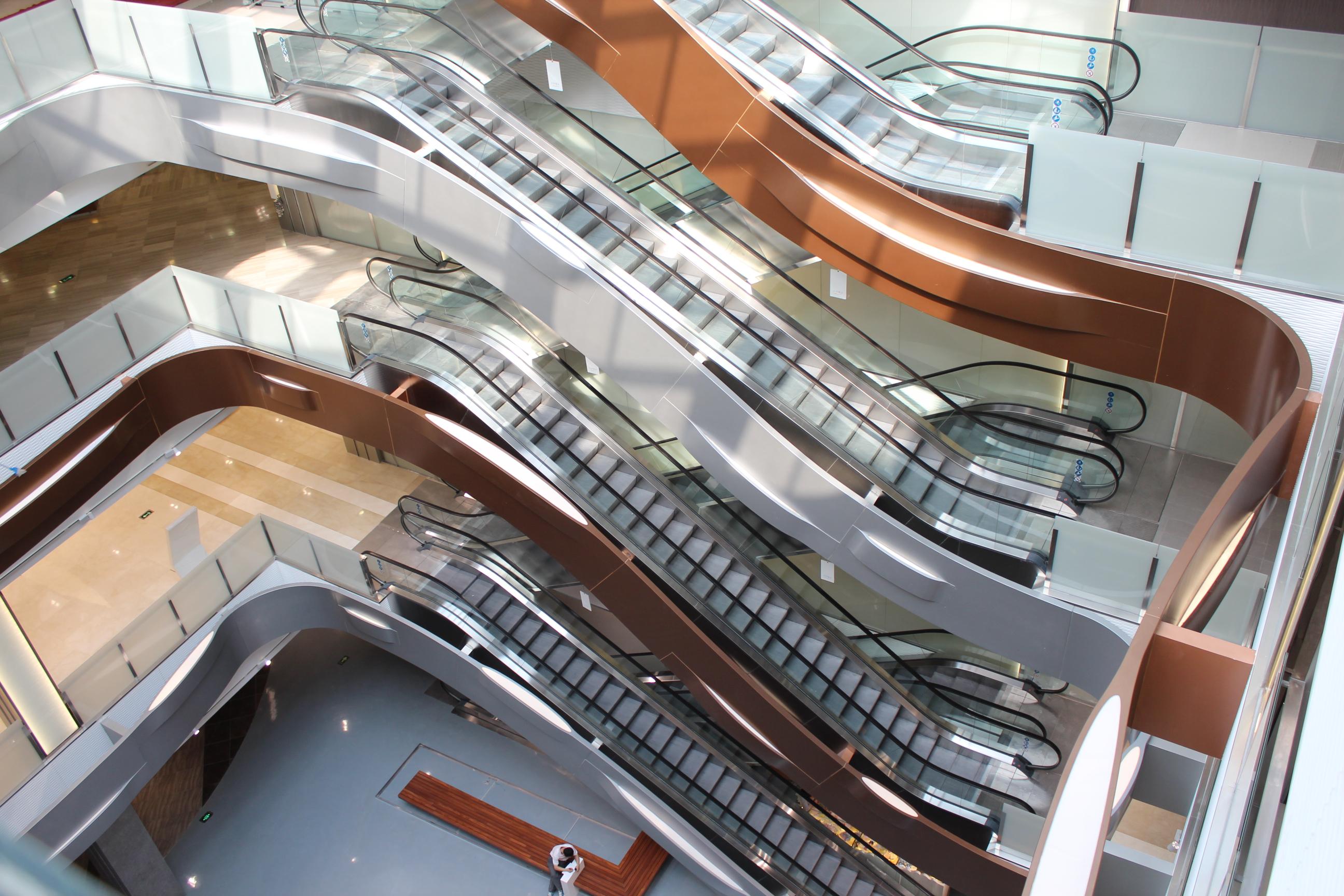 济南百盛地上四层,地下一层,整体面积40000平方米,电扶梯中庭一至